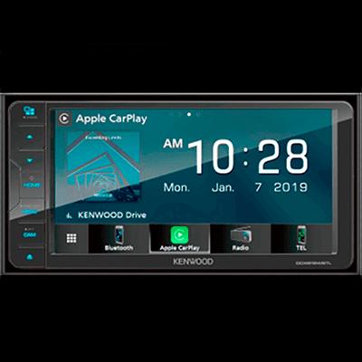 """SISTEMA DE AUDIO   Con pantalla táctil de 7"""", para reproducir tu música vía radio, CD, DVD, MP3, USB, Bluetooth y Conectividad Apple Car Play® y Android Auto®, con un sonido envolvente que puede ajustarse desde el timón."""