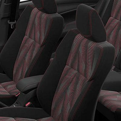 Asientos.   Asientos delanteros abutacados según versión: mayor apoyo en curvas cerradas. Además, el asiento del piloto tiene ajuste vertical para un manejo personalizado.