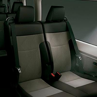 Luces LED internas.  Para facilitar la visibilidad al interior del vehículo, se han integrado luces LED: de bienvenida, de salón y de lectura (disponible según versión).