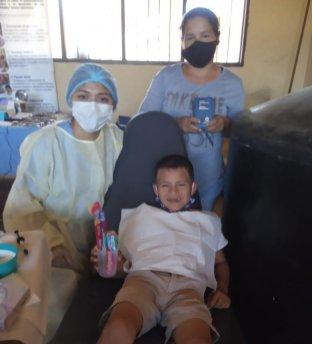 Niño recibiendo su kit dental