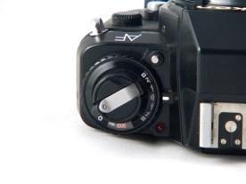 Le rembobinage est manuel, mais la détection de sensibilité est automatique. Le F-501 permet la compensation d'exposition.