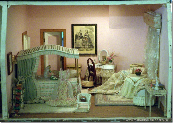 Victorian bedroom dollhouse