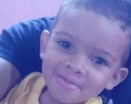 Pai mata filho de 3 anos e transmite o crime por vídeo chamada para a mãe