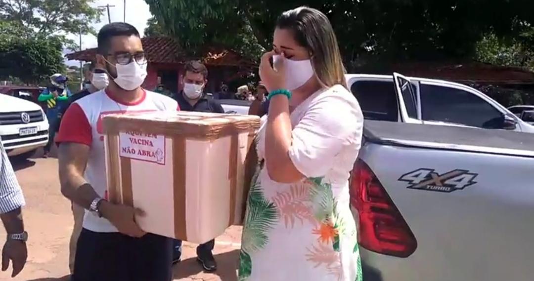 EMOÇÃO!!! PREFEITA DE PRESIDENTE FIGUEIREDO 'PATRICIA LOPES' SE EMOCIONA AO VER AS VACINAS CONTRA A COVID-19 CHEGANDO AO HOSPITAL DO MUNICÍPIO.