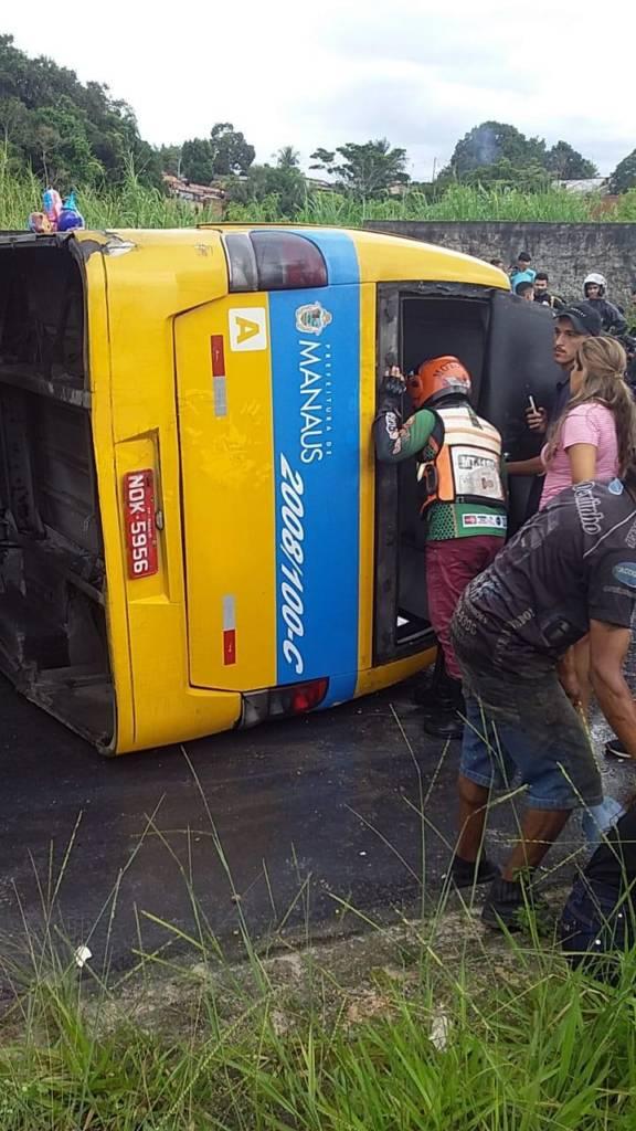 Micro-ônibus capota e deixa passageiros feridos na zona Norte de Manaus