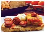 Tosta de chorizo y huevo poché con pastel de pimientos de colores