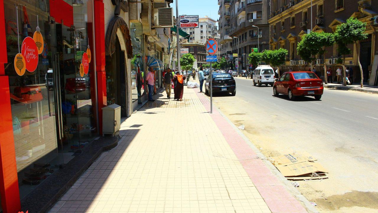 رصيف تم تجديده بشارع طلعت حرب- تصوير: صديق البخشونجي