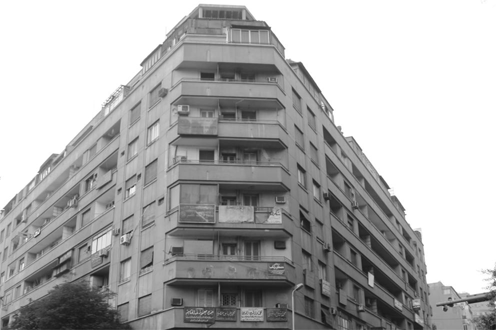 لافتات الأطباء والمحامين تميز أحيانًا واجهات بعض عقارات وسط القاهرة - تصوير: صديق البخشونجي