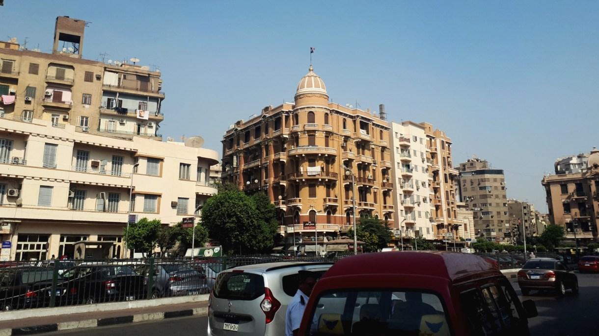 إزالة اللافتات المعلقة على عقارات شارع باب اللوق (التحرير)