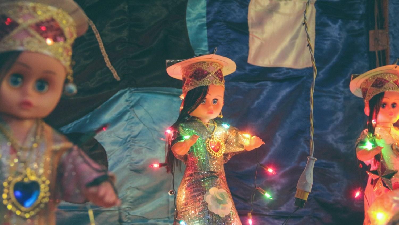في النهاية يمكن أن يصل طول العروسة إلى 3 أمتار ويقتنيها بالعض كقطعة ديكور في المنزل بعد تزويدها بسلك من اللمبات اللد - تصوير: صديق البخشونجي