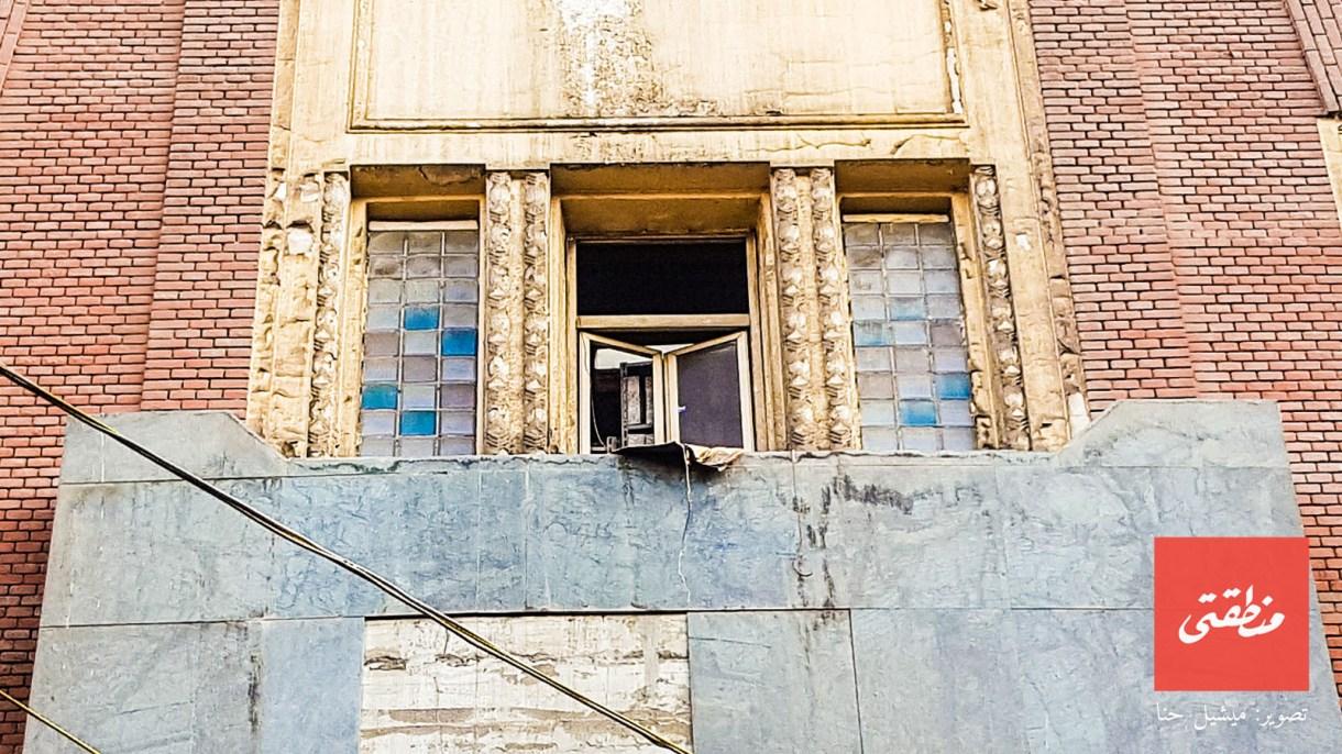 نافذة بواجهة مستشفى الجلاء للولادة شارع 26 يوليو - تصوير ميشيل حنا