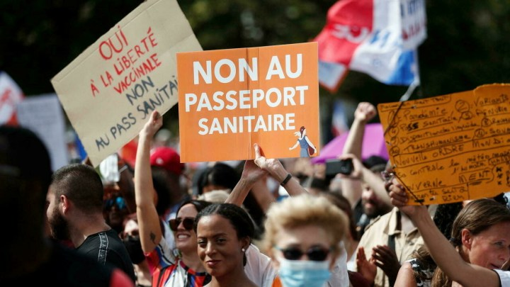 متظاهرون يحتجون على قيود مكافحة كوفيد -19 والتطعيم ضد المرض