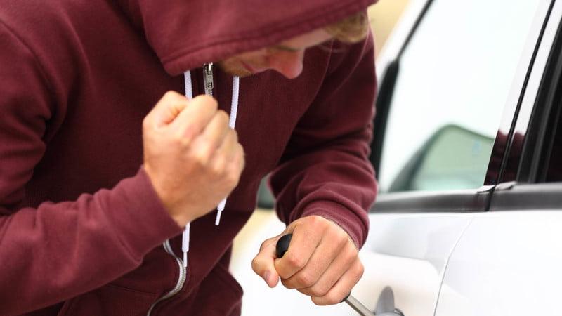 Como abrir un carro sin llave. Con un destornillador.
