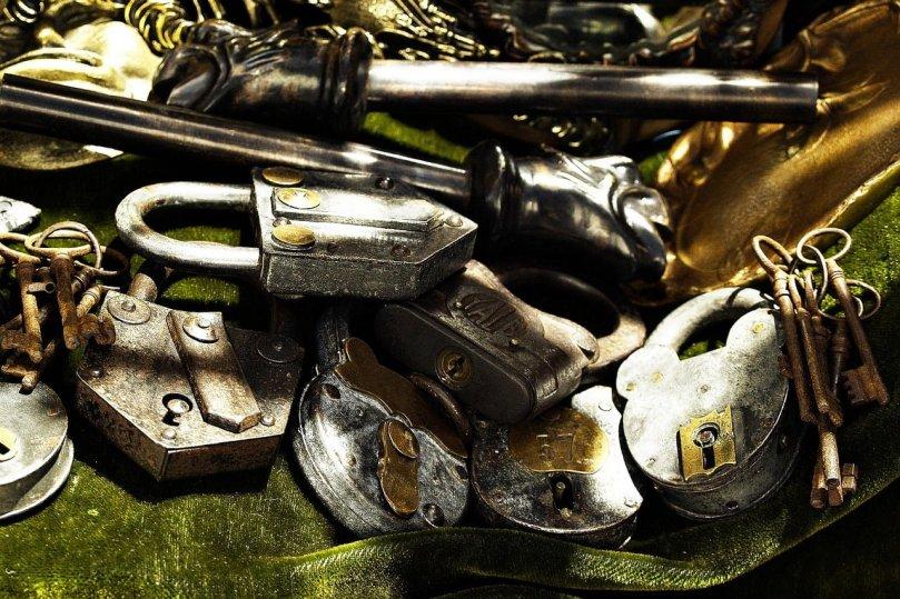 candados antiguos y llaves - cómo abrir una puerta metalica