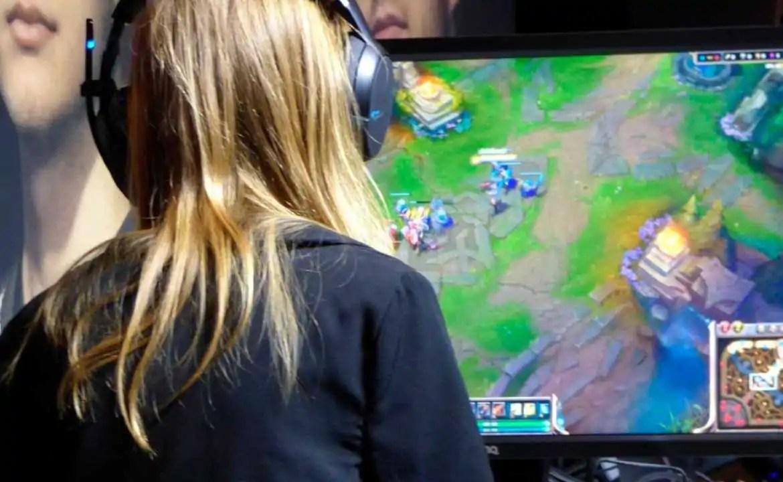 woman-player-gamer