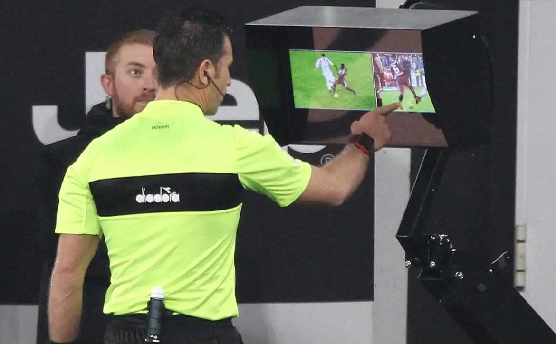 Operador do VAR e joga PES para aquecer antes das partidas