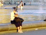 Parisiense no Jardin do Louvre