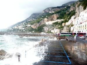Amalfi, as ondas do mar atingem o estacionamento público