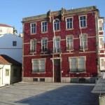 Construção revestida de azulejos vermelhos, Porto, Portugal