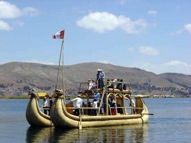 Embarcação construída com totora, Lago Titicaca