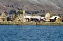 lhas flutuantes dos Uros, no Titicaca, em frente à cidade de Puno