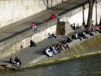 Parisienses junto do Sena