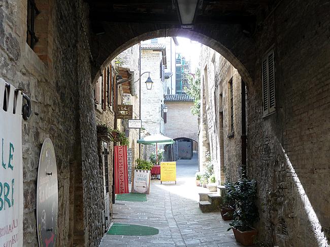 Passagem em Gubbio, Itália