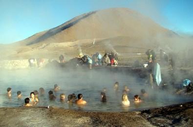 Piscina natural com águas termais no Atacama