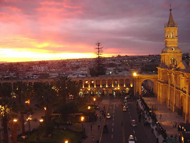 Plaza de Armas de Arequipa ao anoitecer