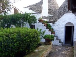 Jardim de um sassi em Alberobello, junto à parte moderna da cidade.