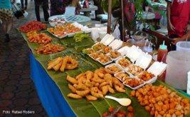 Banca de alimentação no Mercado de Chiang Mai, Tailândia