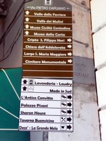 Placas de sinalização na Costa Amalfitana, Itália