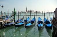 Gondolas em Veneza, à espera de pombinhos apaixonados