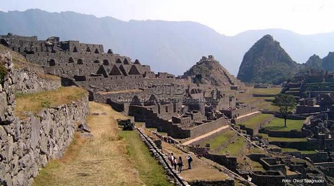 Sítio arqueológico de Machu Picchu no alto de uma montanha, Peru