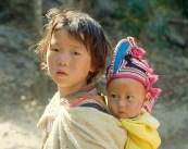 Menina aldeã com bebê, Chiang Mai, Tailândia