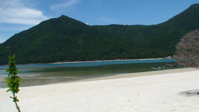 Praia deserta no sul da Tailândia