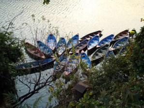 Sikaras (canoas de fundo chato) no lago Pewa, Pokhara