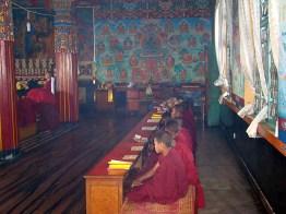 Jovens monges em um templo budista em Pokhara