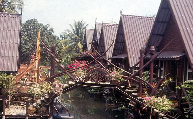 Vila em um canal de Bagkok