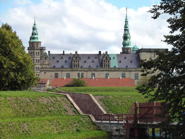 O acesso ao Castelo de Elsingor, na Dinamarca