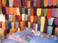Lãs de alpaca e lhama produzidas e tingidas artesanalmente. Vale Sagrado dos Incas, Peru