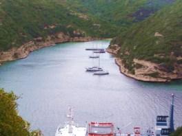 Bonifácio, pequena baía com barcos