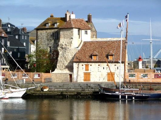 Normandia, Honfleur, construções no porto