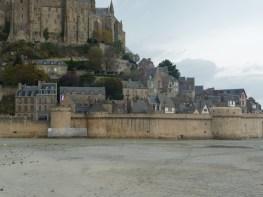 Normandia, Mont St-Michel, construções junto às muralhas