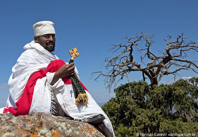 Sacerdote rezando ao lado de Bet Gebriel-Rufael - Foto Haroldo Castro