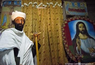Sacerdote guarda a entrada do maqdas de Bet Medhane Alem