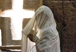 Fiel lê trechos da Bíblia, na igreja Bet Medhane Alem