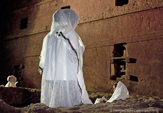 12-fiel reza no pátio ao redor de Bet Maryam, Casa de Maria