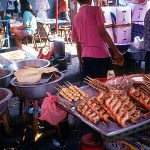 Banca de comida, em mercado de Bangkok