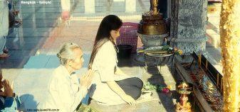 Moça em um templo